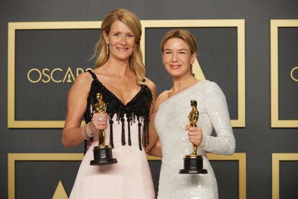 Laura Dern e Renée Zellweger posano con gli Oscar 2020
