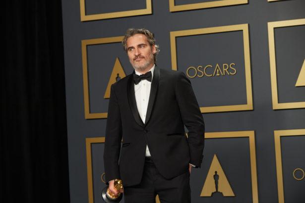 Joaquin Phoenix posa con l'Oscar 2020